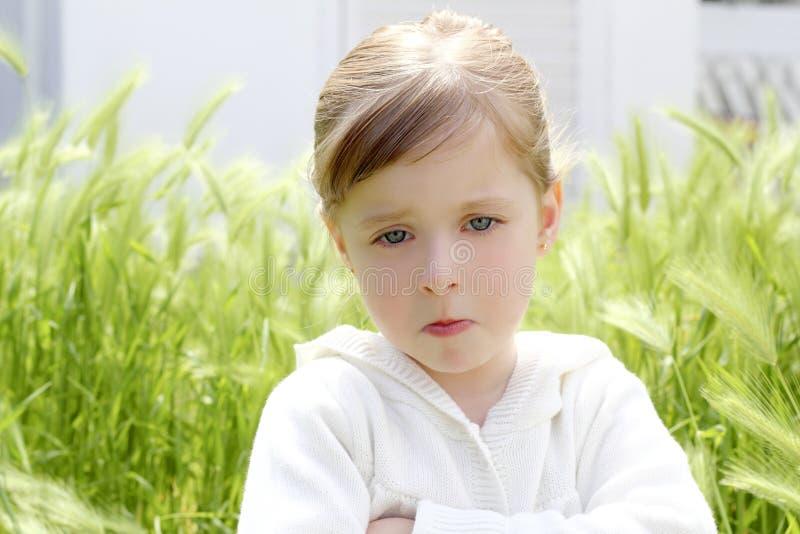 Pré déçu fâché de petite fille de geste photos stock