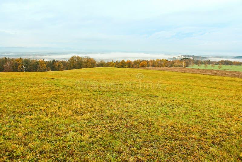 Pré de paysage d'automne et arbres colorés avec le château Hluboka n photographie stock