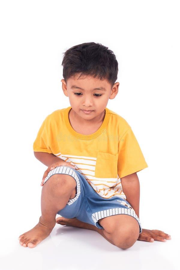 pré-escolar asiático do rapaz pequeno da criança que senta-se no assoalho imagens de stock