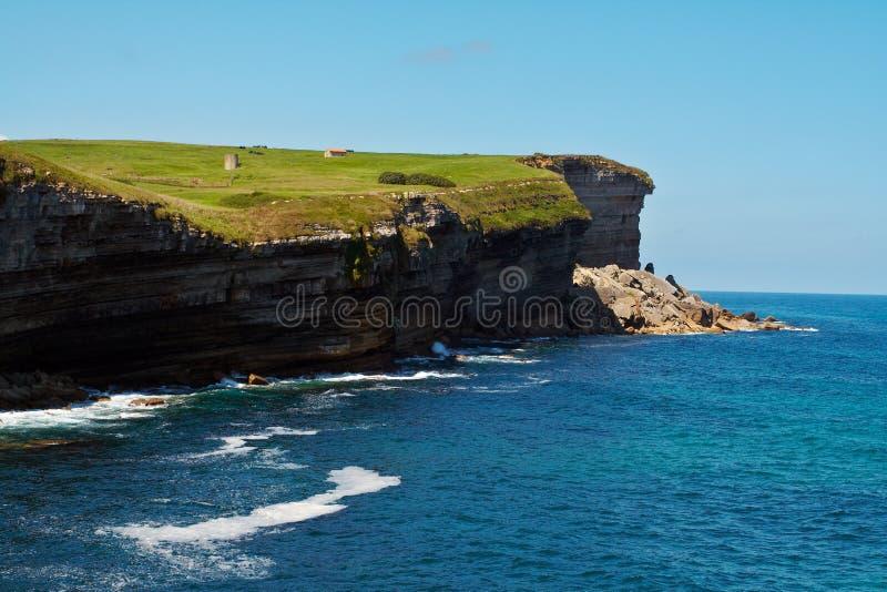 Pré vert sur des falaises photographie stock libre de droits