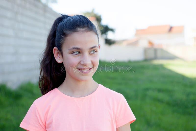 Préadolescent avec des yeux bleus dans le jardin photographie stock