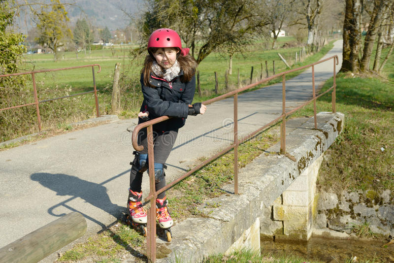 Préadolescent dans le patin de rouleau photographie stock libre de droits