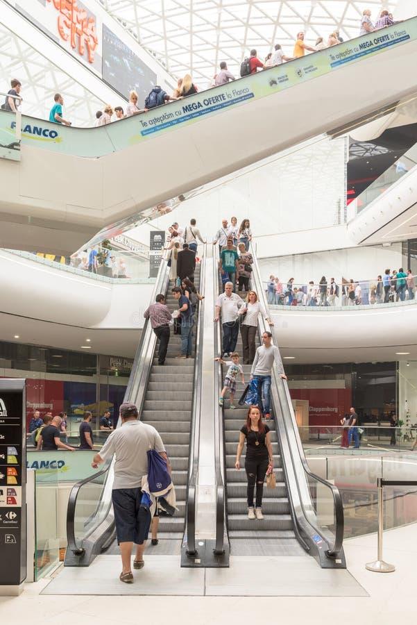 Précipitation de foule de personnes dans l'intérieur de luxe de mail d'achats image stock