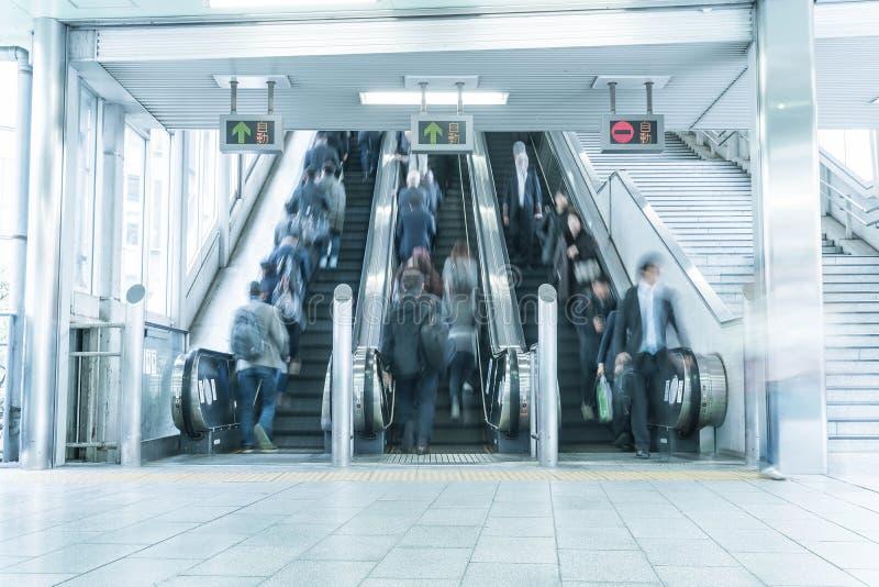 Précipitation de gens sur un mouvement d'escalator brouillé photos libres de droits