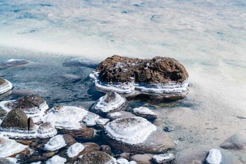 Précipitation de sel sur les roches volcaniques en Salar de Uyuni, le plus grand appartement du sel du monde images libres de droits