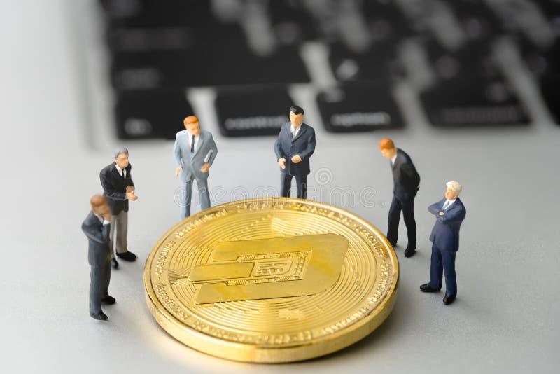 Précipitez-vous la pièce de monnaie et les businessmans sur le carnet photos libres de droits