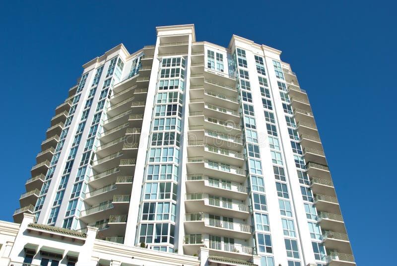 Prédio alto de apartamentos moderno fotos de stock