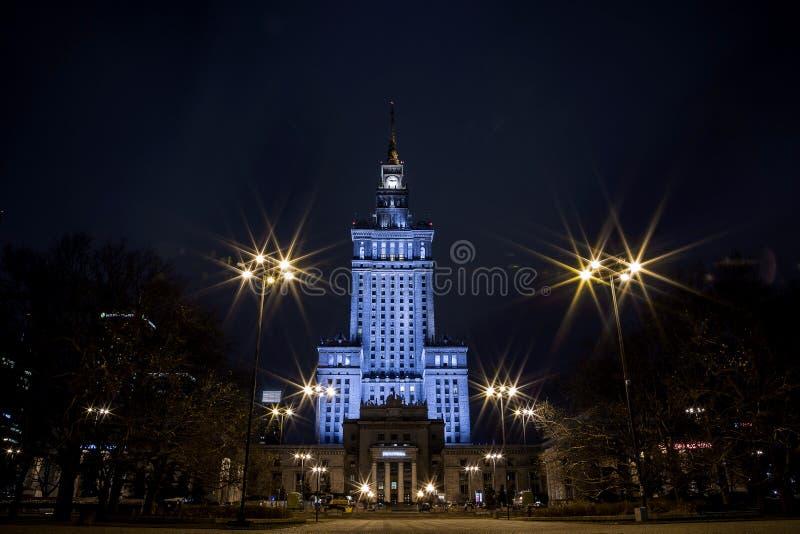Prédio Centro da cidade da noite de Varsóvia Varsóvia poland Polska palácio da cultura e da ciência fotografia de stock royalty free