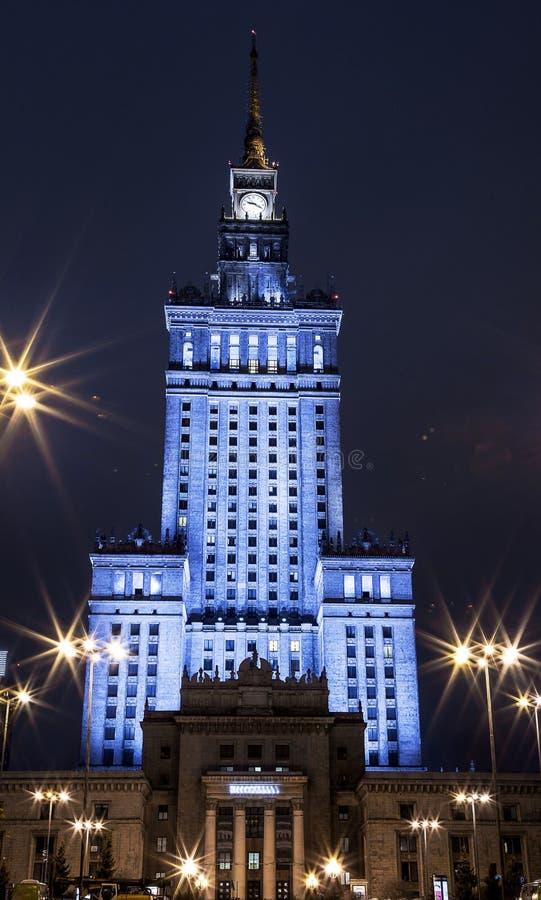 Prédio Centro da cidade da noite de Varsóvia Varsóvia poland Polska palácio da cultura e da ciência imagens de stock