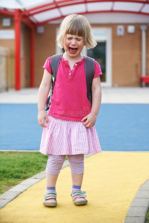 Prédio da escola ereto de grito pequeno da parte externa da menina pre imagem de stock royalty free