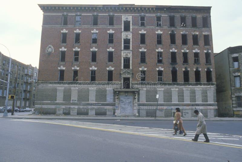 Prédio de apartamentos abandonado no gueto, Bronx sul, New York foto de stock royalty free