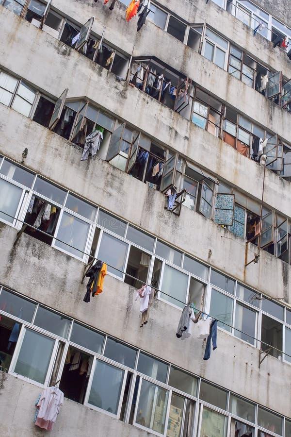 Prédio de apartamentos deteriorado nos subúrbios de Shenzhen, China foto de stock