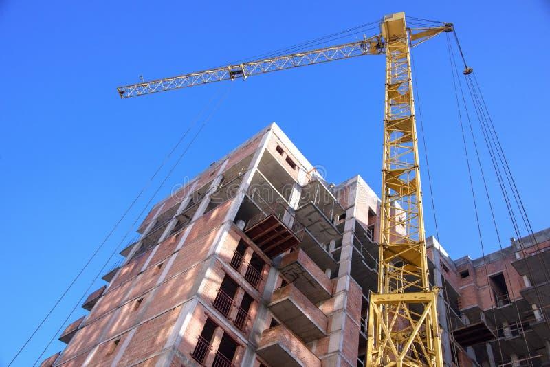 Prédio de apartamentos no fundo do céu azul imagem de stock