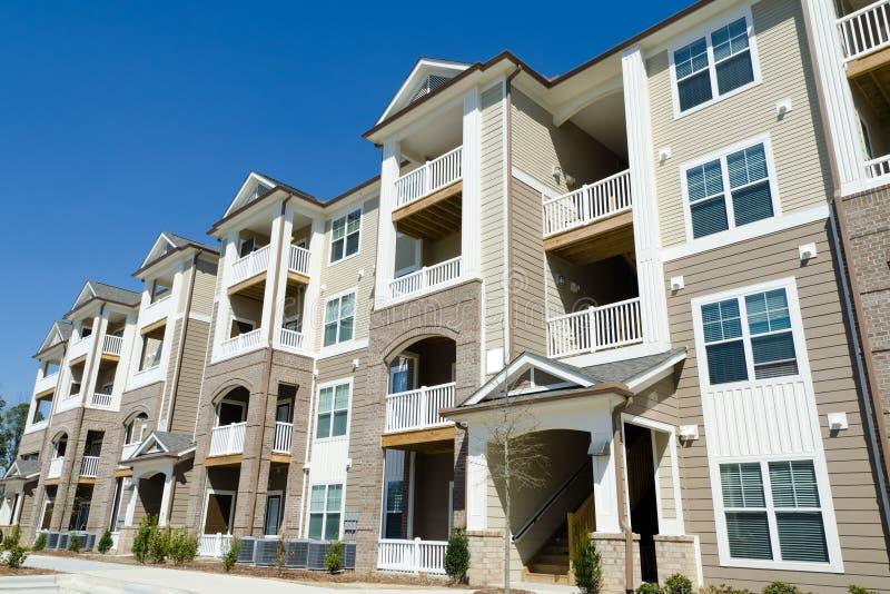 Prédio de apartamentos novo na área suburbana foto de stock royalty free