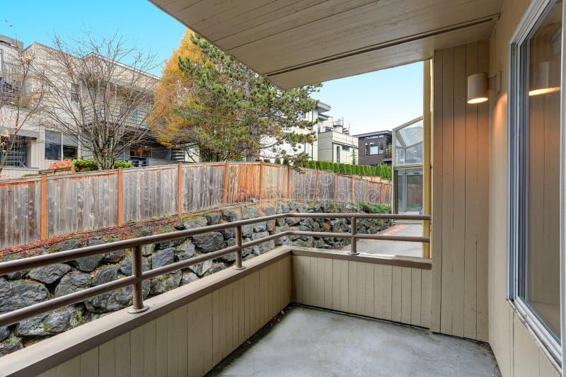 Prédio de apartamentos, vista do balcão fotografia de stock