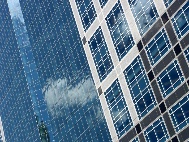 Prédio de escritórios azul fotografia de stock royalty free
