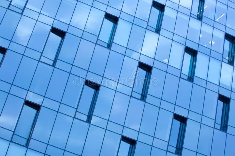 Prédio de escritórios azul da parede de vidro foto de stock royalty free