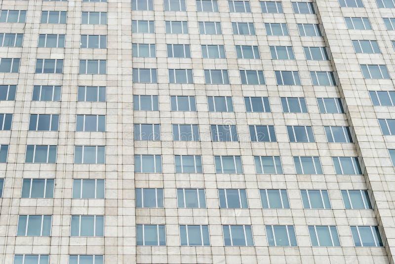Prédio de escritórios azul das janelas de vidro foto de stock royalty free