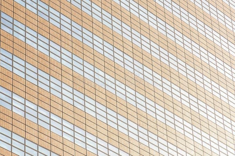 Prédio de escritórios bonito da arquitetura com texturas da janela de vidro fotografia de stock royalty free