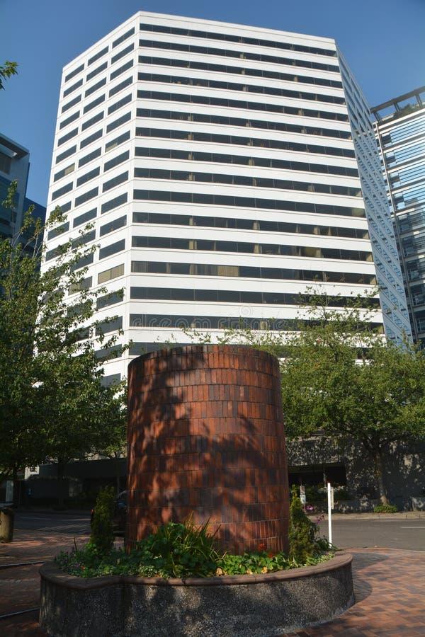 Prédio de escritórios branco com a coluna do tijolo vermelho em Portland, Oregon imagem de stock