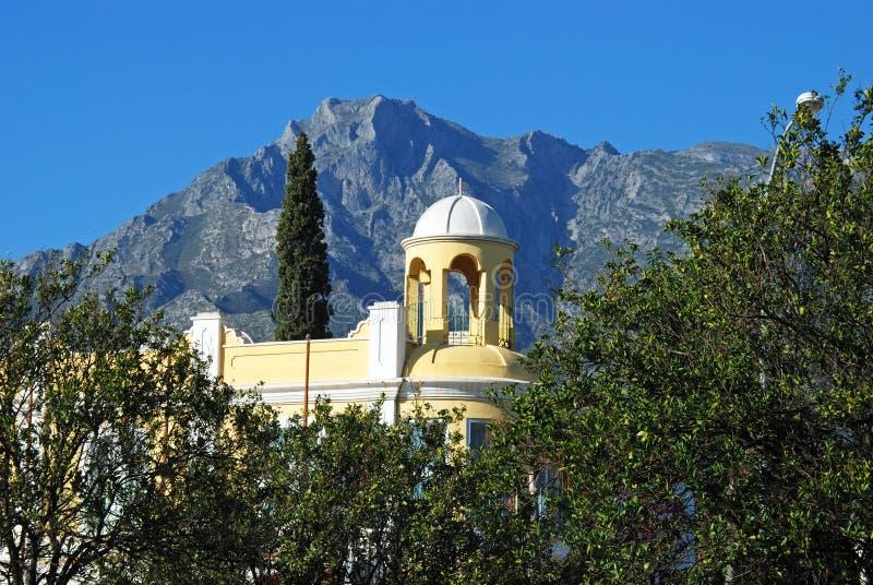 Prédio de escritórios com as montanhas à parte traseira, Marbella, Espanha fotografia de stock royalty free