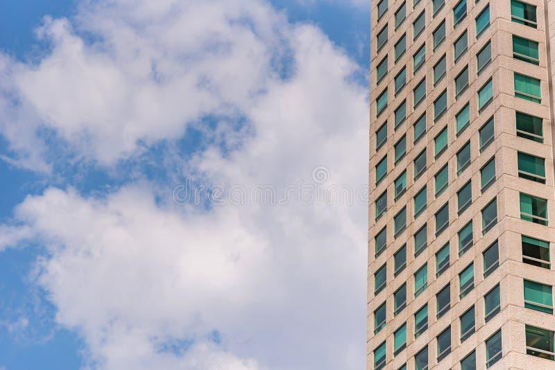 Prédio de escritórios com janelas verdes imagem de stock