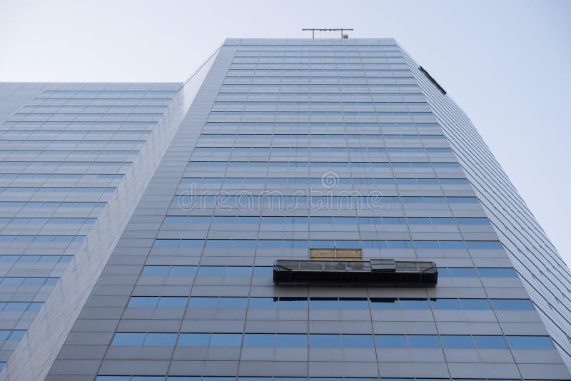 Prédio de escritórios com unidade de limpeza da janela fotografia de stock royalty free