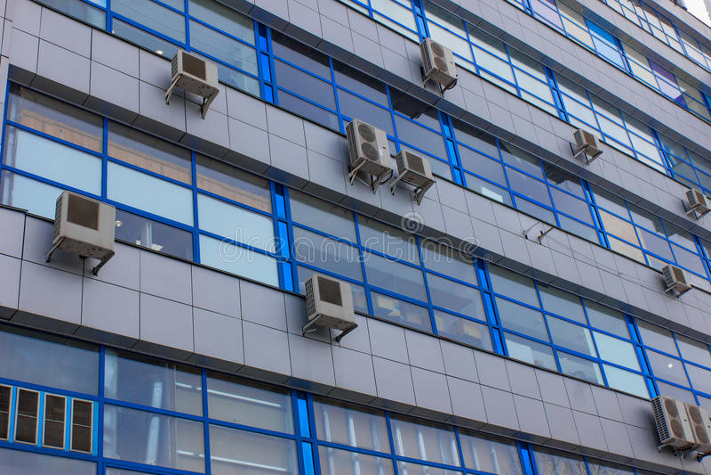 Prédio de escritórios concreto velho clássico com os condicionadores de ar em cada janela fotos de stock