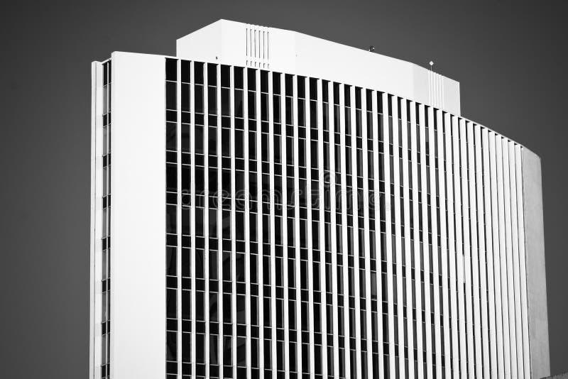 Prédio de escritórios curvado alto em preto & no branco fotografia de stock royalty free