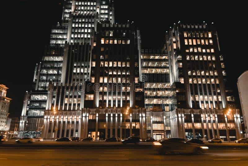 Prédio de escritórios da arquitetura da cidade da noite Fundo do negócio fotografia de stock royalty free