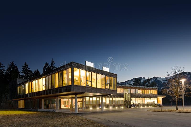 Prédio de escritórios de madeira moderno iluminado imagem de stock royalty free