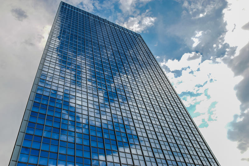 Prédio de escritórios em Berlin Germany com reflexões na fachada de vidro foto de stock