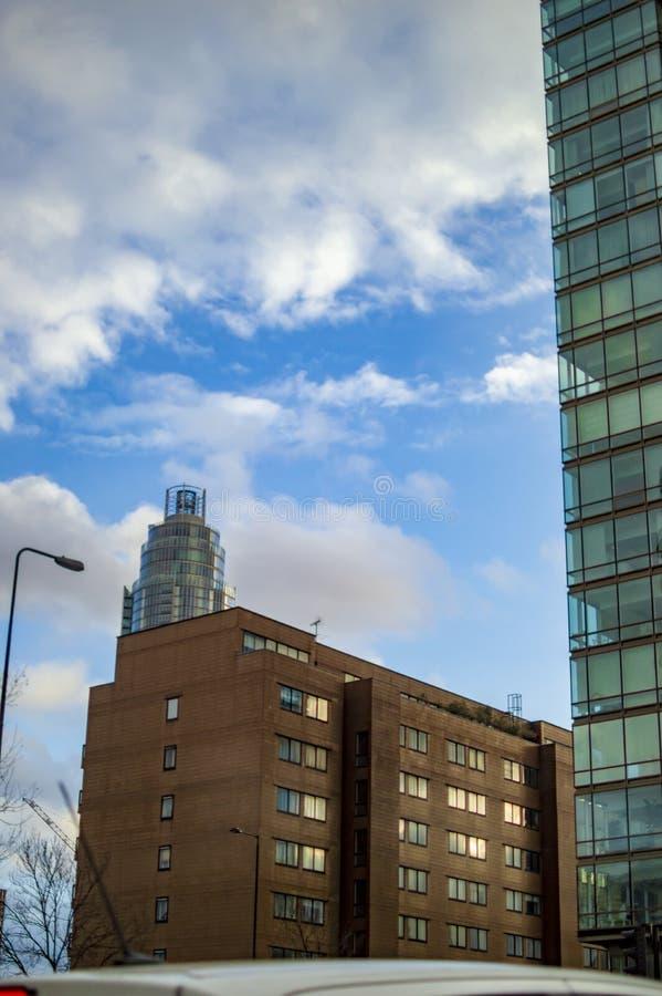 Pr?dio de escrit?rios em Londres com c?u azul e as nuvens brancas imagem de stock royalty free
