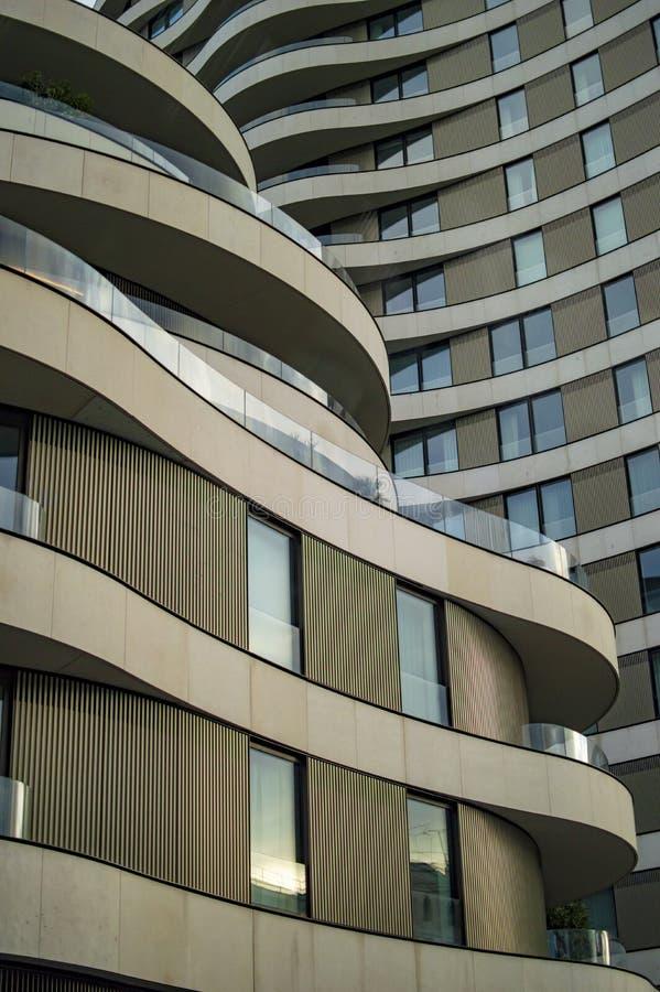 Pr?dio de escrit?rios em Londres com janelas onduladas foto de stock