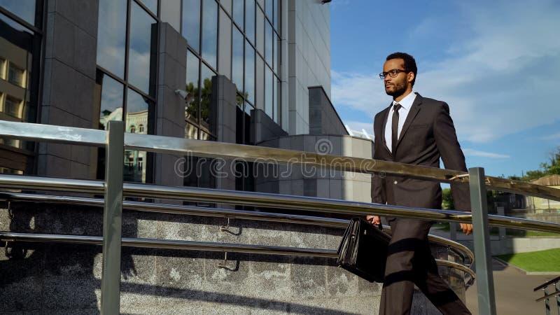 Prédio de escritórios entrando do empresário determinado novo do mulato, carreirista fotos de stock royalty free