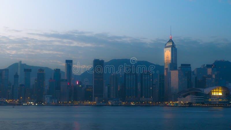 Prédio de escritórios de Hong Kong na parte dianteira de mar crepuscular, fundo da arquitetura da cidade fotos de stock