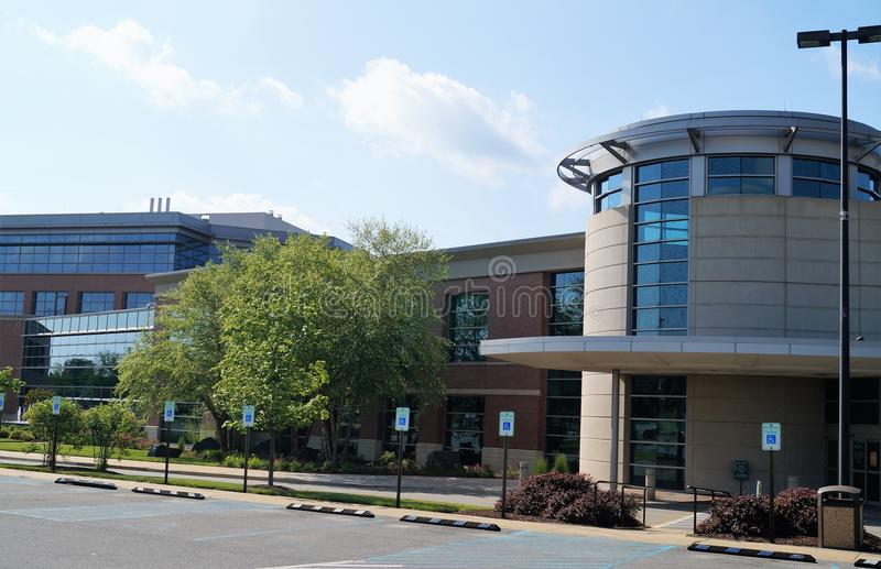 Prédio de escritórios médico americano moderno fotos de stock royalty free