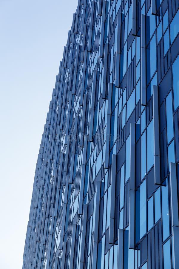 Prédio de escritórios moderno com a fachada de vidro azul futurista imagens de stock royalty free