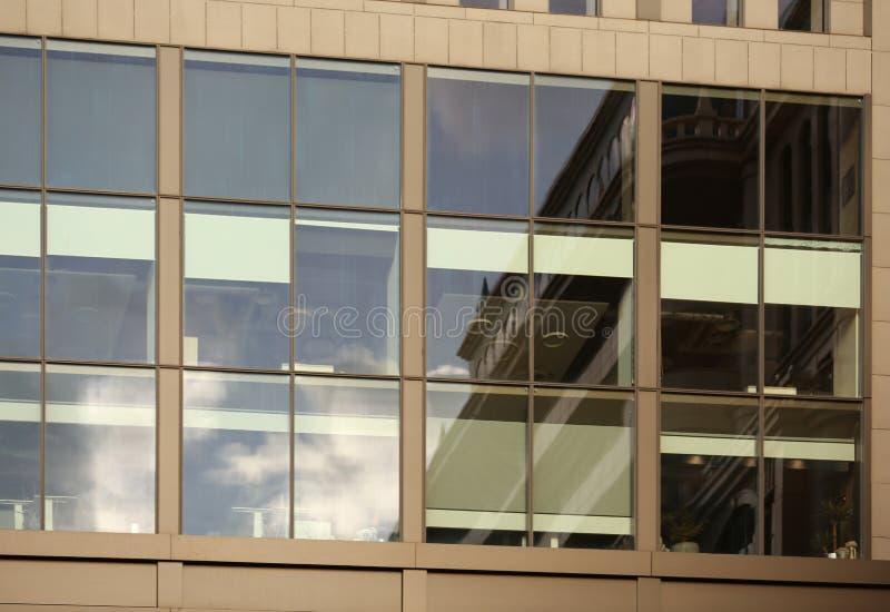 Prédio de escritórios moderno com grandes janelas fotografia de stock