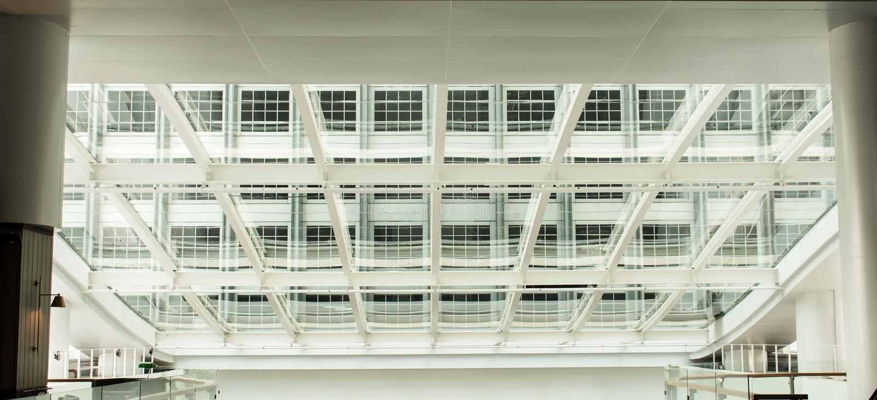 Prédio de escritórios moderno com o telhado de vidro do painel imagem de stock royalty free