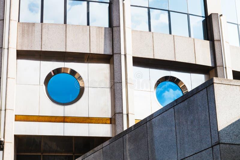 Prédio de escritórios moderno do concreto e do vidro imagem de stock