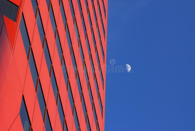 Prédio de escritórios moderno e a lua imagens de stock