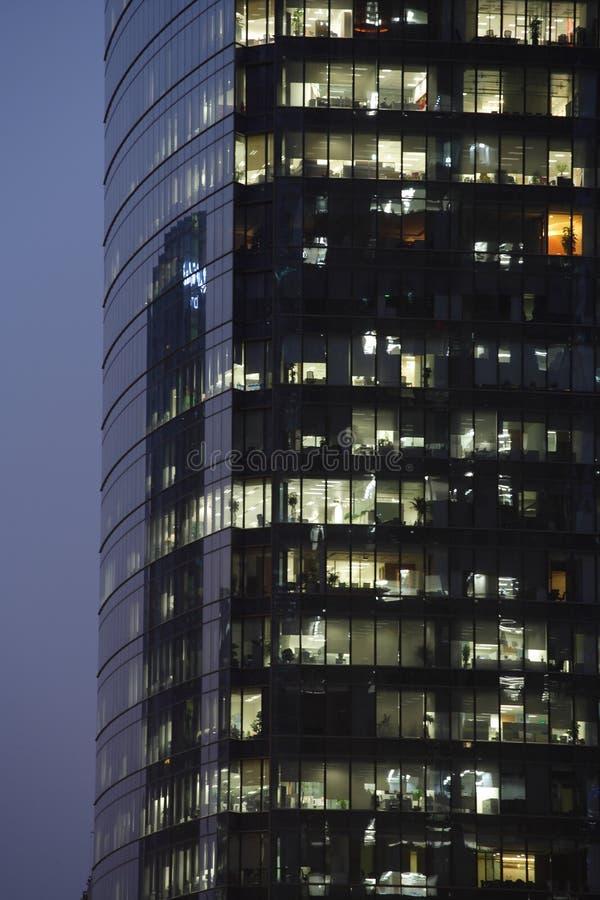 Prédio de escritórios moderno na noite foto de stock