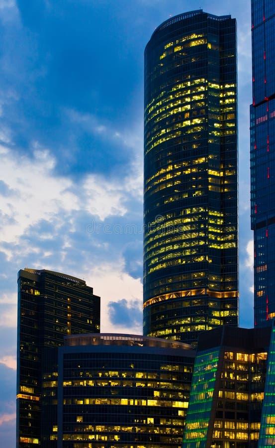 Prédio de escritórios moderno na noite, arranha-céus imagens de stock