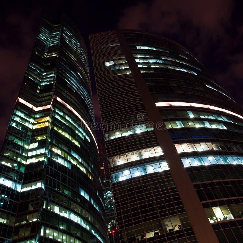 Prédio de escritórios moderno na noite, arranha-céus imagem de stock royalty free