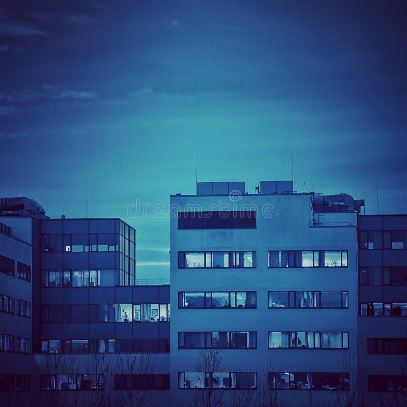 Prédio de escritórios na hora azul fotos de stock