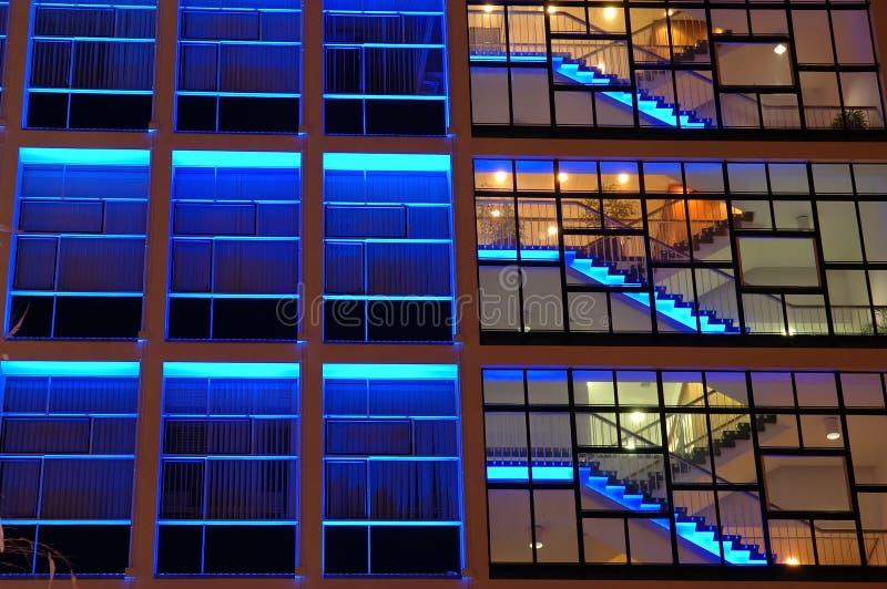 Prédio de escritórios na iluminação azul foto de stock royalty free
