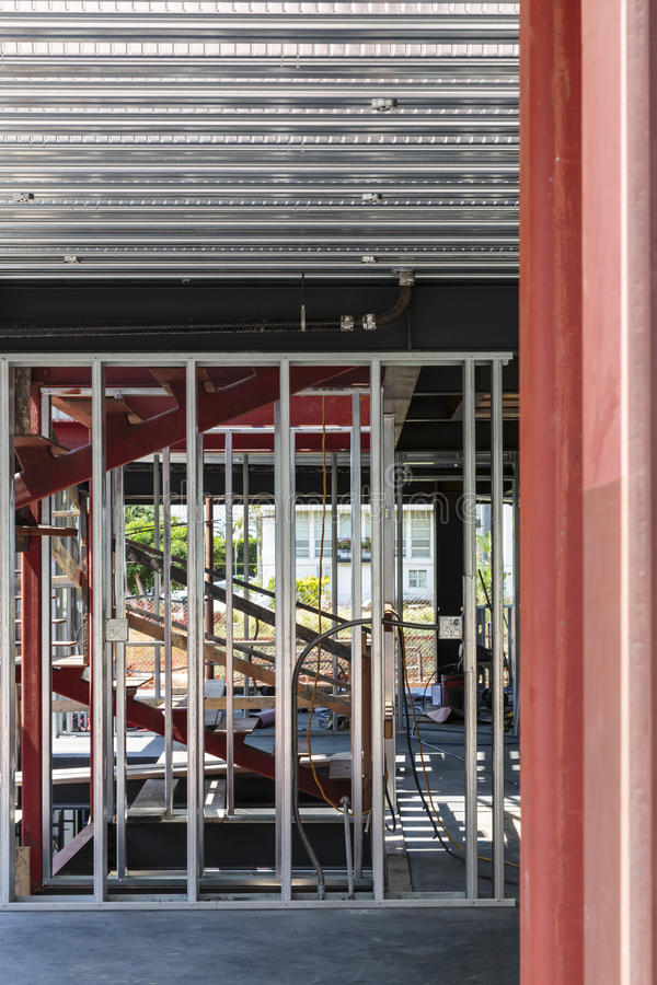 Prédio de escritórios novo sob a construção fotografia de stock