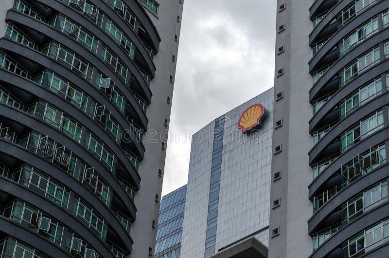 Prédio de escritórios de Shell, cercado por arranha-céus fotografia de stock royalty free