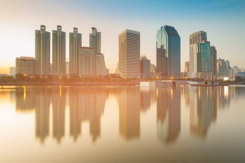 Prédio de escritórios sobre a arquitetura da cidade da reflexão da água imagens de stock royalty free
